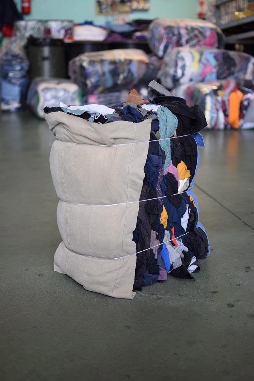 Pezzame per la pulizia. Gli abiti usati e ... c97e4b0150d
